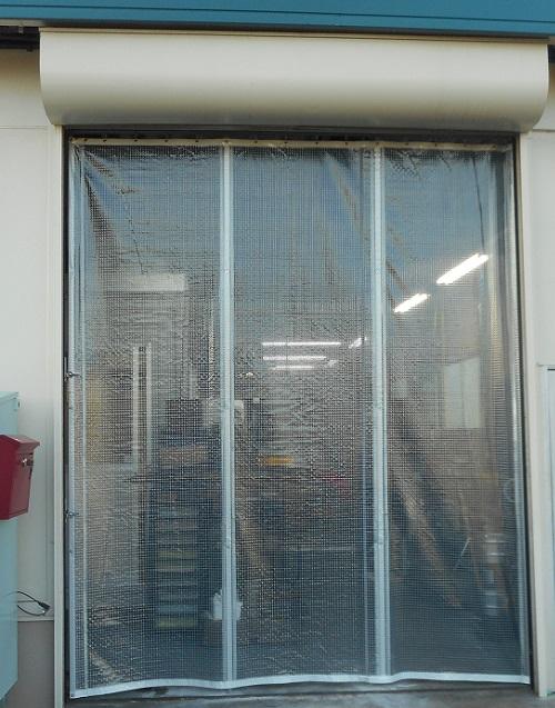 入口間仕切りカーテン取付完了